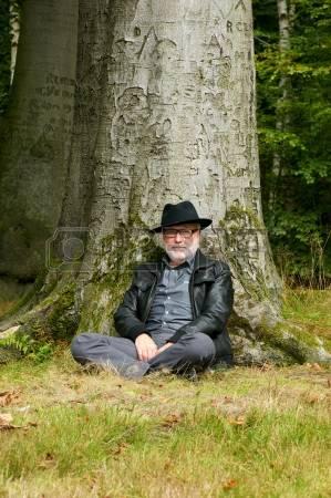 Le vieil homme au pied du  chêne